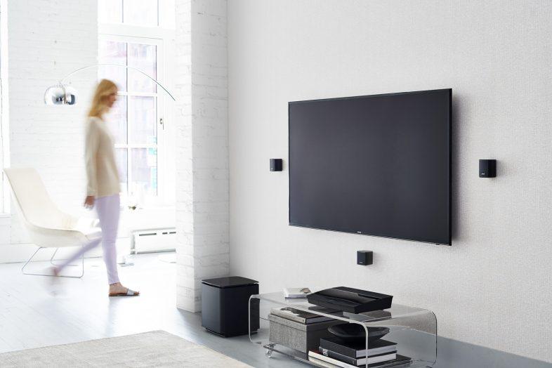Bose lifestyle 550 kvinde bruger hjemmebiografen