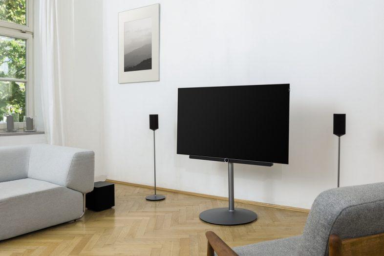 Loewe bild 2 lifestyle i stue med Klang 1 højttalere