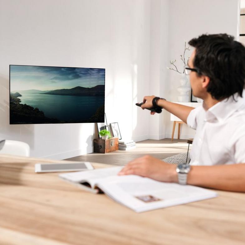 Vogels NEXT 7355 lifestyle med fjernsyn på væggen