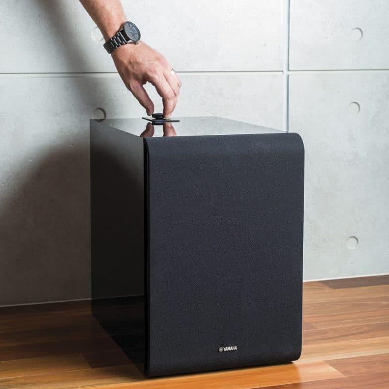 Yamaha MusicCast sub100 lifestyle på gulvet