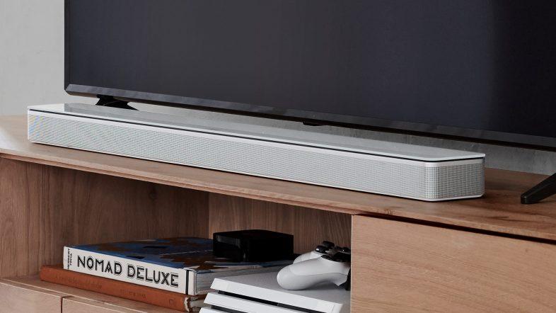 Bose soundbar 700 i hvid lifestyle foran fjernsyn