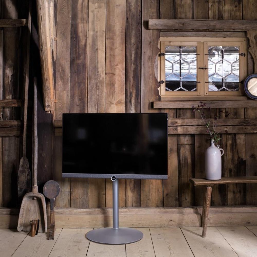 Lifestyle af et Loewe Bild 5 fjernsyn i træhus på gulvstand