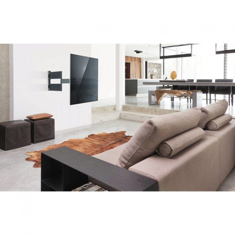 Vogels thin 545 lifestyle i stue med fjernsyn hængende på væggen