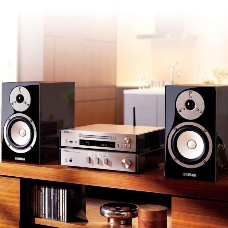 Yamaha mcr-n670d musiccast anlæg på reol